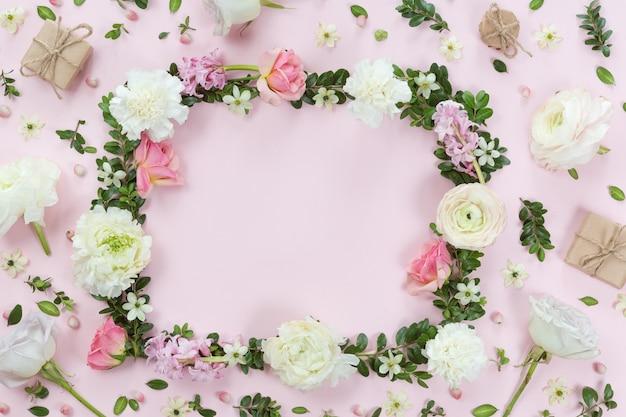 Blumen- und blattrahmen-kranzhintergrund, ebenenlage, draufsicht