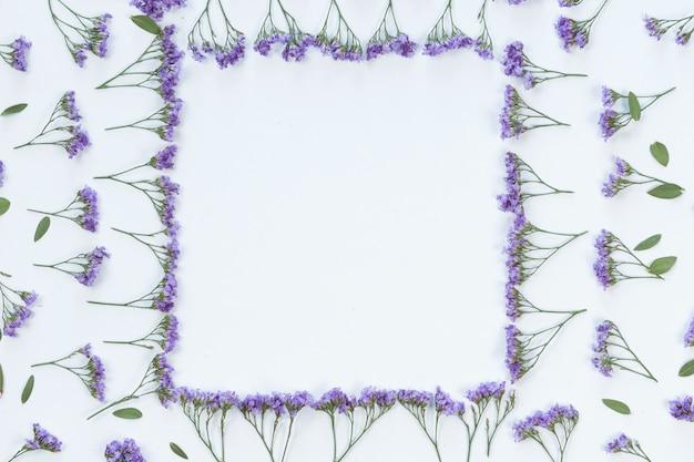 Blumen- und blattrahmenhintergrund, ebenenlage, draufsicht