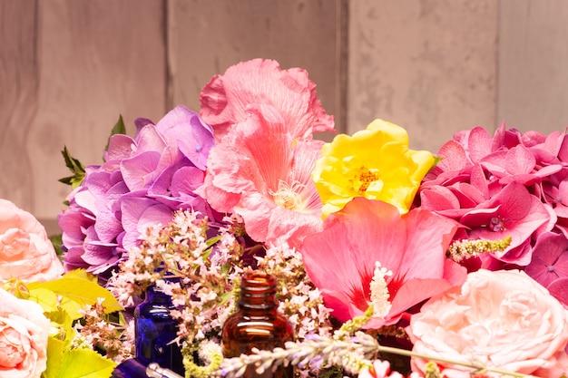 Blumen und flaschen ätherische öle für die aromatherapie