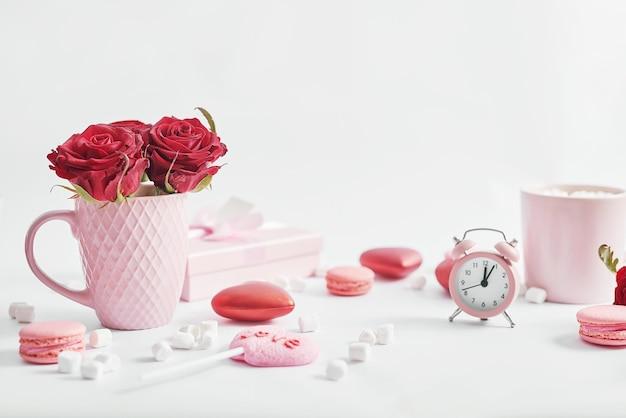 Blumen und geschenkboxen auf weiß