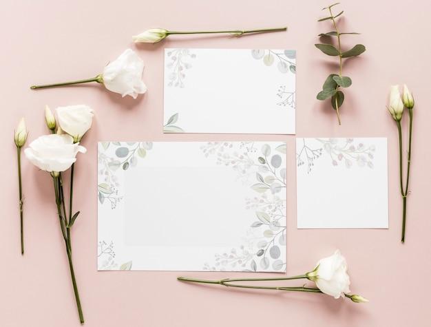 Blumen und hochzeitseinladung