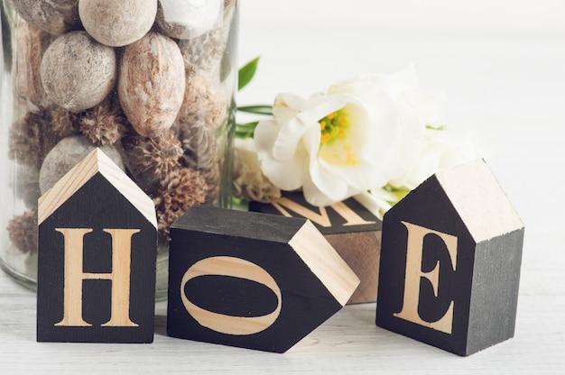 Blumen und holzbuchstaben nach hause