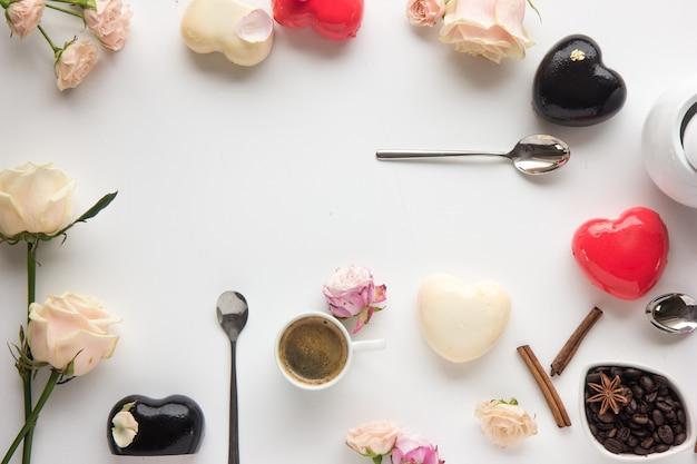 Blumen und kuchen in form eines herzens in flachem laienstil