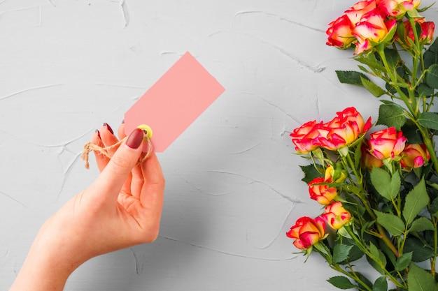 Blumen und leeres papieretikett. blumen senden
