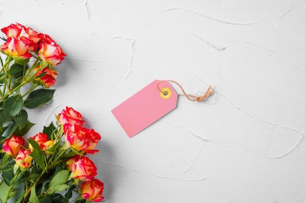 Blumen und leeres papieretikett