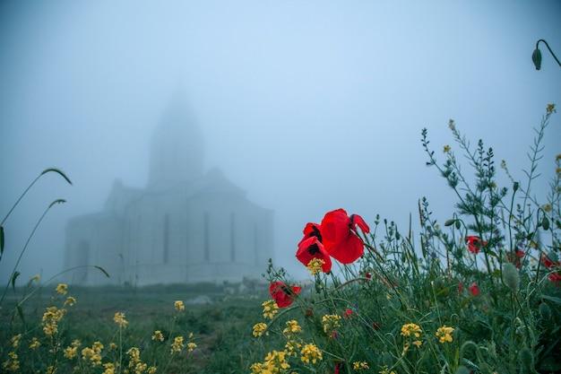 Blumen und schöne kirche im nebel