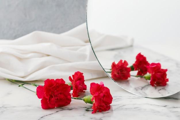 Blumen und spiegel auf dem tisch