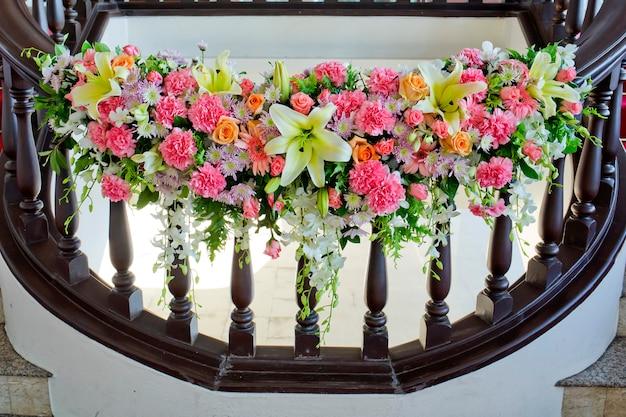Blumen verzieren im handlauf der treppe an der hochzeit
