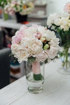 Blumen von farbigen pfingstrosen