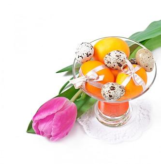 Blumen, wachteleier und bunte eier