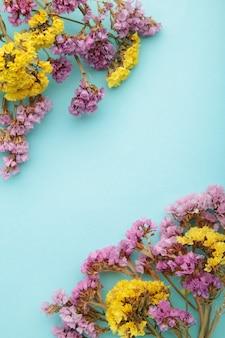 Blumen zusammensetzung. gypsophila blüten. flache lage, draufsicht, kopierraum.