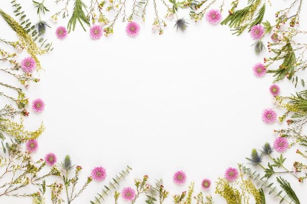 Blumen zusammensetzung. rahmen aus pastellgerbera auf weißem hintergrund. flache lage, draufsicht, kopierraum.