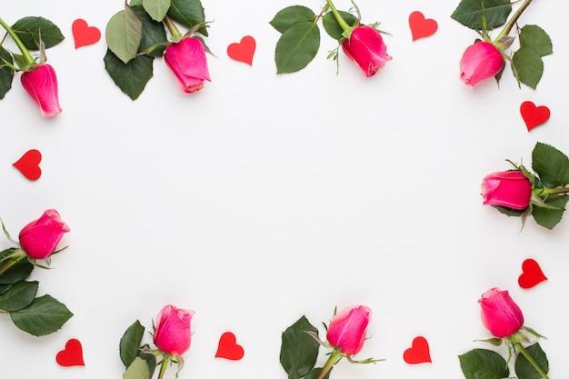 Blumen zusammensetzung. rahmen aus roter rose. flache lage, draufsicht.