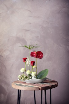 Blumenanordnung auf einer farboberfläche Premium Fotos