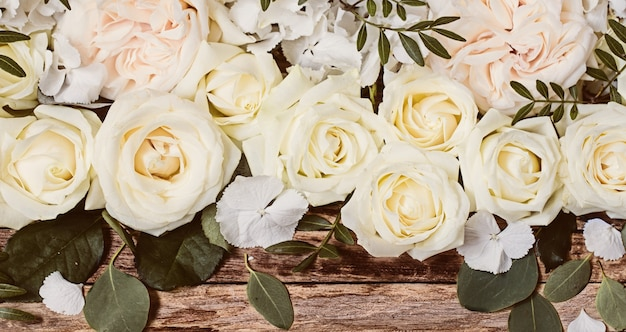 Blumenanordnung auf holzoberfläche