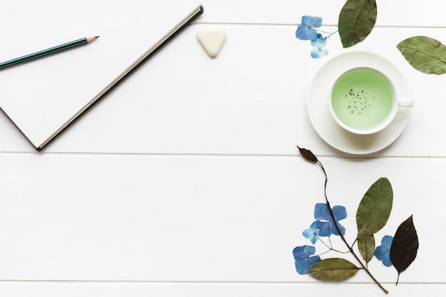 Blumenanordnung auf weißer tabelle