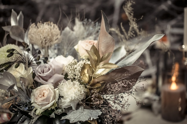 Blumenanordnung der frischen blumen in einem kürbis