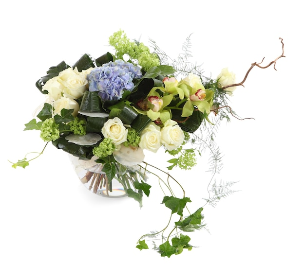 Blumenanordnung von weißen rosen, efeu und orchideen, isoliertes bild auf einem weißen hintergrund. strauß dekorativer flovers, blumenkomposition.