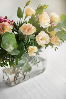 Blumenarrangement auf einem weißen tisch