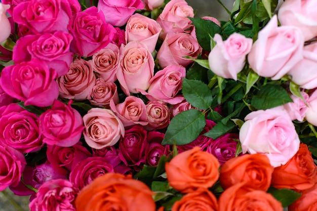 Blumenarrangement aus schönen rosen rosenstrauß