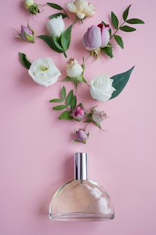 Blumenarrangement. blumen, duft, parfüm auf rosa oberfläche
