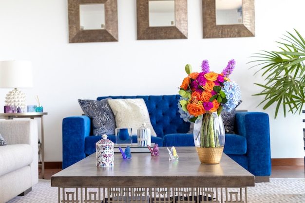 Blumenarrangement, das das wohnzimmer des hauses verziert
