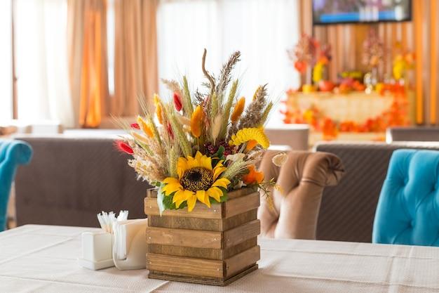 Blumenarrangement im herbst und herbst auf dem tisch