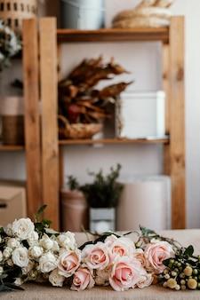 Blumenarrangement mit rosa rosen