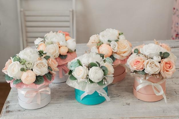 Blumenarrangements in runden kisten. schöne geschenke für den 8. märz.