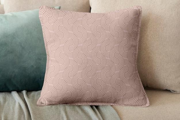 Blumenbeige bedrucktes kissen auf einem sofa mit minimalem innendesign