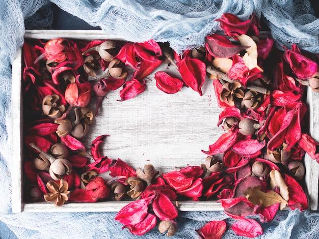 Blumenblumenblattrahmen auf holz