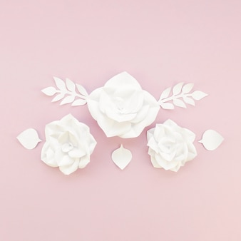 Blumendekoration auf rosa hintergrund