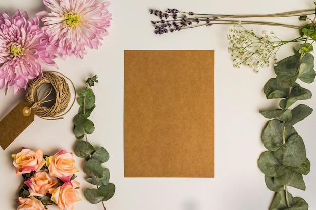 Blumendekoration und karton