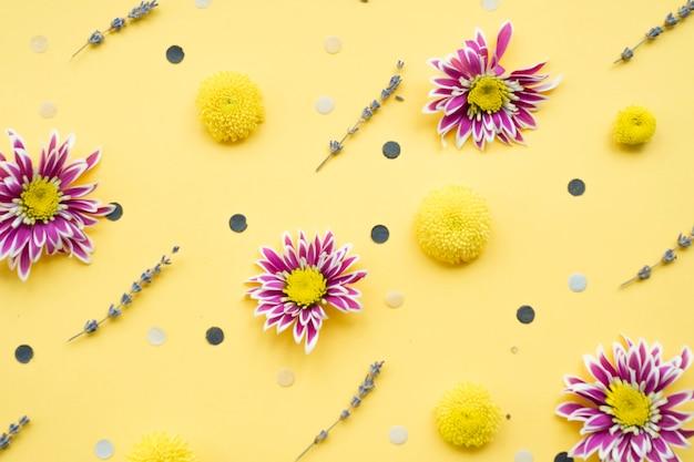 Blumendekorationen auf gelbem hintergrund