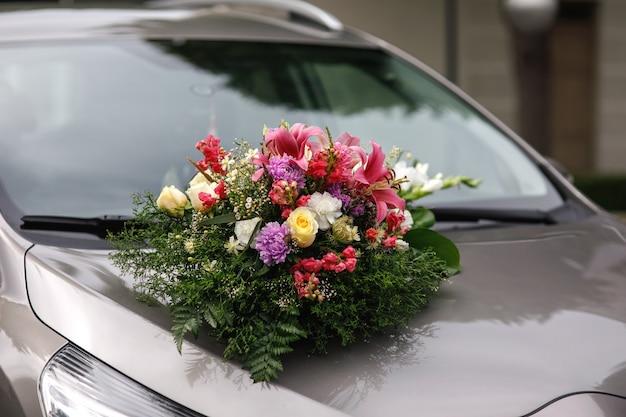 Blumendesigner-bouquet mit dem auto für brautpaar