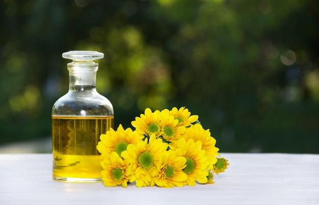 Blumenelixier und frische sommerblumen, spa und schönheitspflege.