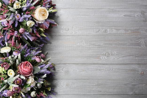 Blumengesteck auf hölzernem beschaffenheitshintergrund.