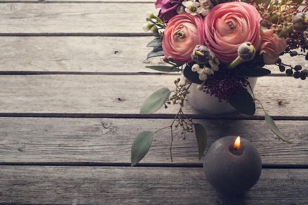 Blumengesteck aus rosen und hahnenfuß