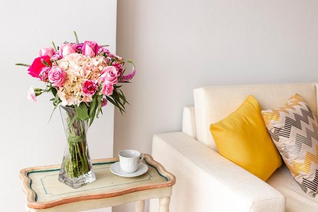 Blumengesteck aus rosen und hortensien, die das wohnzimmer des hauses schmücken