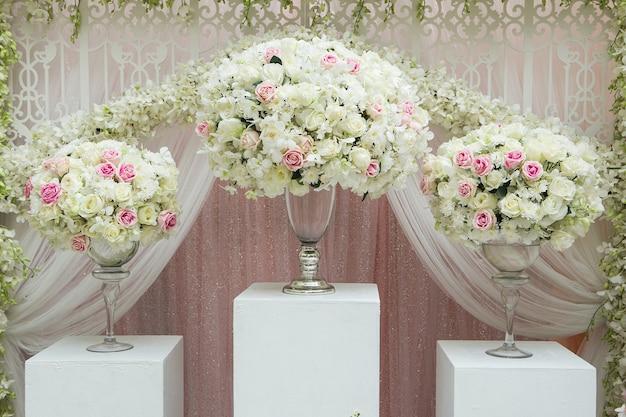 Blumengesteck in silberschale mit rosa und weißen rosen