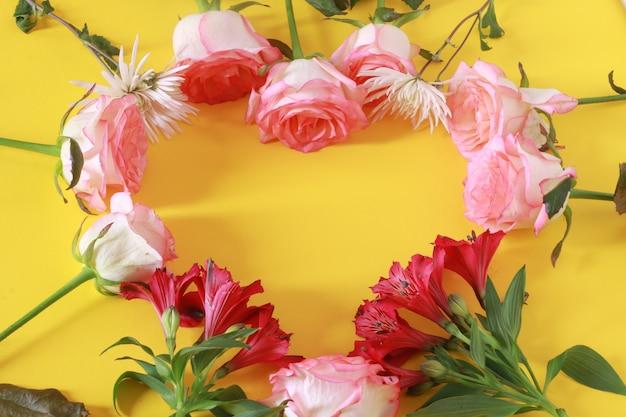 Blumengesteck mit niedlicher schrift auf einem herzen