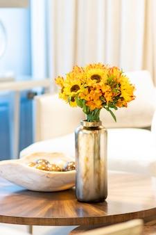 Blumengesteck von sonnenblumen, die das wohnzimmer des hauses verzieren
