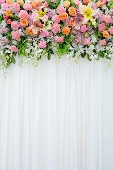 Blumenhintergrund in gemütlichem raum an der hochzeit