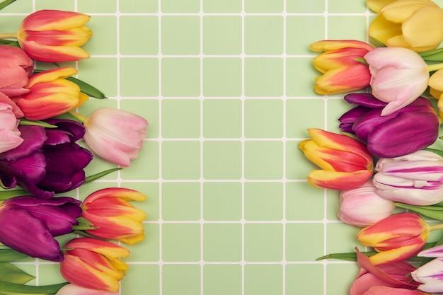 Blumenhintergrund mit kopienraum-flatlay-rahmen der muttertagsgrußkarte der tulpenfrauen
