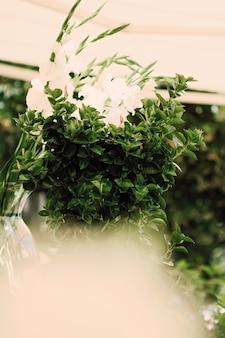Blumenhochzeitsdekoration in einem restaurant im freien im sommer