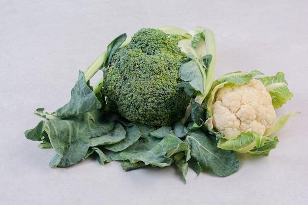 Blumenkohl und brokkoli auf weißer oberfläche