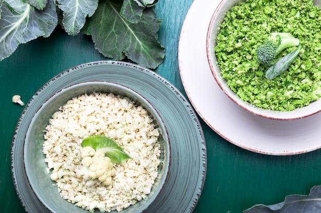 Blumenkohlreis und brokkolireis in der schüssel