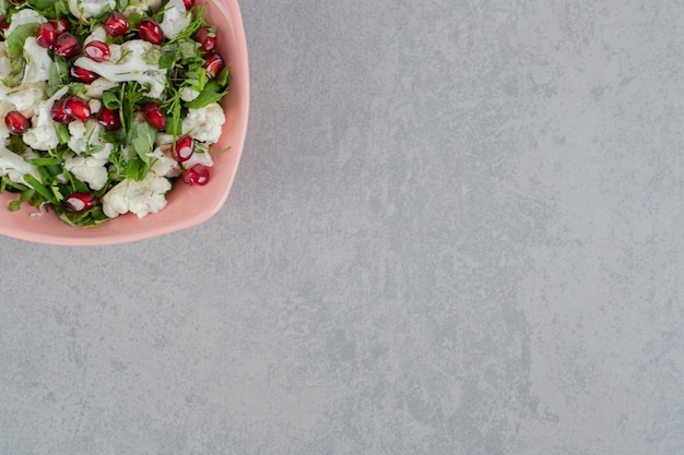Blumenkohlsalat mit roten granatapfelkernen und kräutern