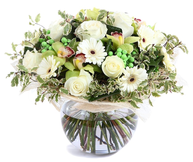 Blumenkomposition in glas, transparente vase weiße rosen, orchideen, weiße gerbera-gänseblümchen, grüne erbsen. auf weißem hintergrund isoliert.