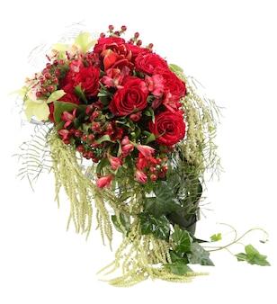 Blumenkomposition mit roten rosen und dekorativem hypericum. blumenarrangement. isoliertes bild auf weißem hintergrund.